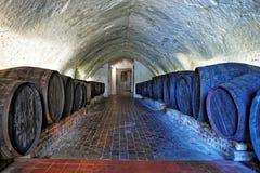 与中号桶的地下室酒里氏古堡 免版税库存图片