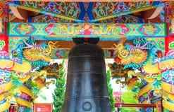 与中国人寺庙响铃的龙 库存照片