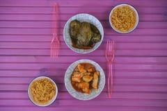 与中国食物盘的一个平的位置桌设置用米肉和叉子 免版税库存图片