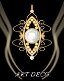 与中央宝石的昂贵的艺术装饰金银细丝工的daimond垂饰 免版税图库摄影