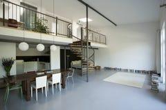 与中楼的宽敞公寓 免版税图库摄影