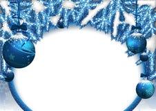 与中看不中用的物品和具球果分支的圣诞节背景 免版税库存照片