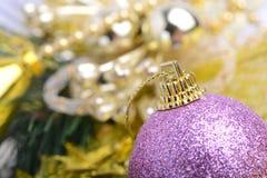 与中看不中用的物品和秀丽bokeh,新年概念的圣诞节背景 库存照片