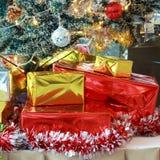 与中看不中用的物品和颜色球的圣诞树背景 免版税库存图片