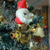 与中看不中用的物品和颜色球的圣诞树背景 图库摄影