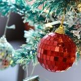 与中看不中用的物品和颜色球的圣诞树背景 免版税图库摄影