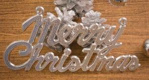 与中看不中用的物品和Pinecones的圣诞快乐文本 库存照片