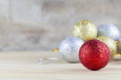 与中看不中用的物品球的圣诞节装饰在木桌背景 库存图片