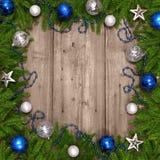 与中看不中用的物品的圣诞树在木纹理。 免版税库存照片