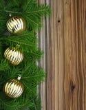 与中看不中用的物品的圣诞节冷杉木在背景 免版税库存图片