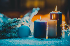 与中看不中用的物品的圣诞节出现的装饰和蜡烛晒干四个蜡烛燃烧 图库摄影