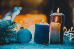 与中看不中用的物品的圣诞节出现的装饰和蜡烛晒干四个蜡烛燃烧 库存图片