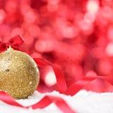 与中看不中用的物品的圣诞节在雪正方形的背景和丝带 库存图片