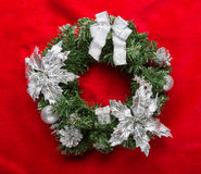 与中看不中用的物品的圣诞节花圈在红色 免版税库存照片