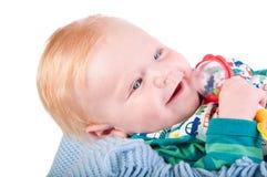 与中看不中用的物品的逗人喜爱的男婴的纵向 免版税库存照片