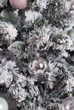 与中看不中用的物品,丝带,雪花的美妙地装饰的圣诞树 免版税库存图片