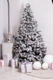 与中看不中用的物品,丝带,雪花的美妙地装饰的圣诞树 图库摄影