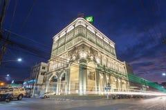 与中葡萄牙建筑学样式设计在泰国,开始的最美丽的Kasikorn银行大楼起作用2015年1月12日 库存照片