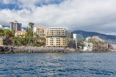 与丰沙尔几家现代旅馆的海景海岸线马德拉岛  免版税库存照片