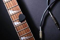 与串和斡旋人的吉他苦恼,顶起在黑暗的缆绳 库存图片