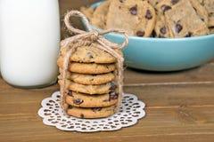 与串弓和白色牛奶的巧克力曲奇饼 免版税库存图片