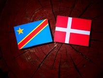 与丹麦旗子的刚果民主共和国旗子在树 库存照片