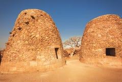 与为烹调架设的奇怪的蛋形式的两个砖结构,在卡纳塔克邦附近古老印度寺庙,印度 库存照片