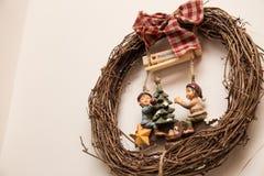 与主题的木圣诞节花圈 库存照片