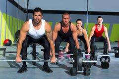 与举重棒crossfit锻炼的健身房组 免版税库存照片