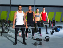 与举重棒crossfit锻炼的健身房组 库存照片