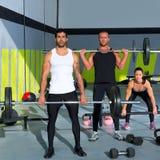 与举重棒crossfit锻炼的健身房组 库存图片