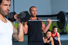 与举重棒crossfit锻炼的健身房组 免版税库存图片
