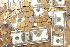 与乌克兰硬币的美元钞票 免版税图库摄影