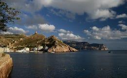 与乌克兰船的海洋海湾反对山背景  图库摄影