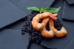 与乌贼墨水和大虾的意大利煨饭 图库摄影