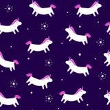 与乐趣独角兽的无缝的与光芒的样式和星在紫罗兰色背景 纺织品和包裹的圣诞快乐装饰品 Vec 向量例证