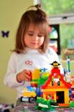 与乐高建筑玩具的儿童游戏 免版税库存照片