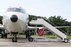 与乘客台阶的飞机鼻子 库存照片