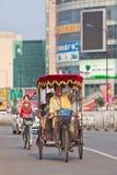 与乘客的快乐的人力车司机,北京,中国 库存照片