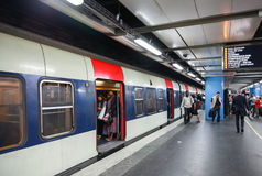 与乘客的现代巴黎人地铁站 库存照片