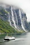 与乘客的轮渡Bolsoy在Geiranger海湾 库存图片