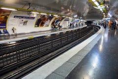与乘客的巴黎人地铁站 免版税库存照片