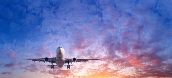 与乘客飞机的风景在蓝天飞行 免版税图库摄影