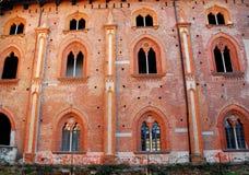 与九个美妙的有竖框窗口的红色门面在维杰瓦诺城堡在帕尔瓦附近的在伦巴第(意大利) 免版税图库摄影