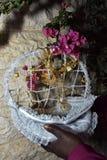 与九重葛金黄装饰品和分支的白色婚礼篮子  库存照片