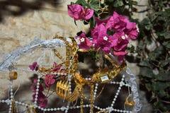 与九重葛金黄装饰品和分支的白色婚礼篮子  免版税库存照片