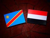 与也门旗子的刚果民主共和国旗子在树 免版税图库摄影
