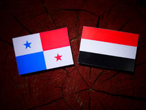与也门旗子的巴拿马旗子在被隔绝的树桩 图库摄影
