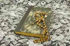 与书和念珠的静物画 免版税库存照片
