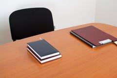 与书和文件的服务台 免版税图库摄影